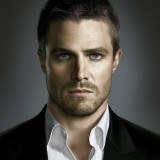 "Stephen Amell da vida a Oliver Queen en ""Arrow"""