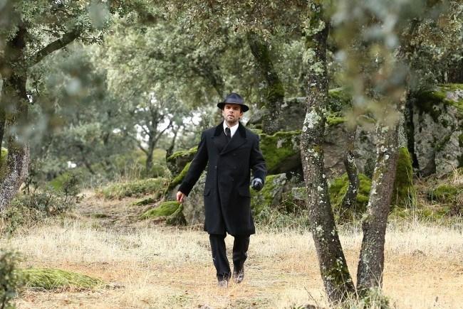 """Carmelo visita a Adela y descubre que no hay nadie, la casa da imagen de haber sido abandonada, en """"El secreto de Puente Viejo"""""""
