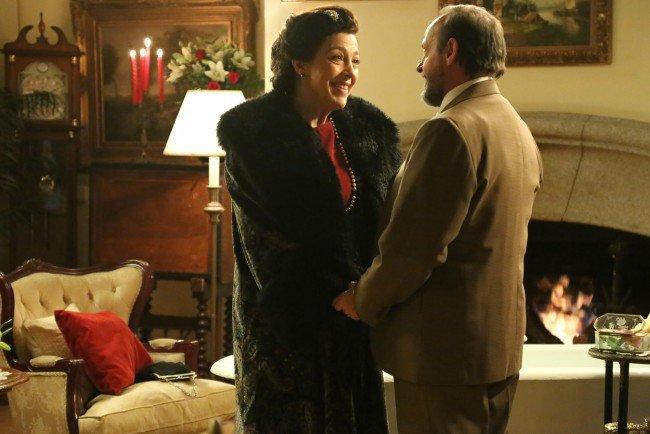 """Francisca está feliz con Raimundo en La Casona cuando aparece Cristóbal por sorpresa, en """"El secreto de Puente Viejo"""""""