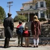 Don Draper lleva a sus hijos a ver la casa en la que creci�